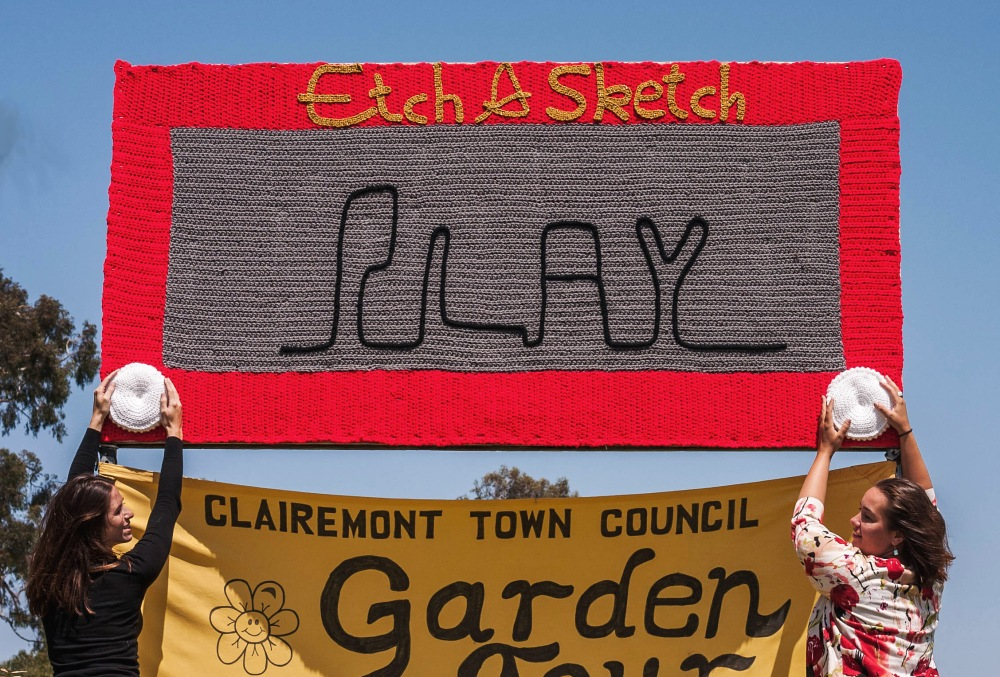 Etch-A-Sketch Yarn Bomb