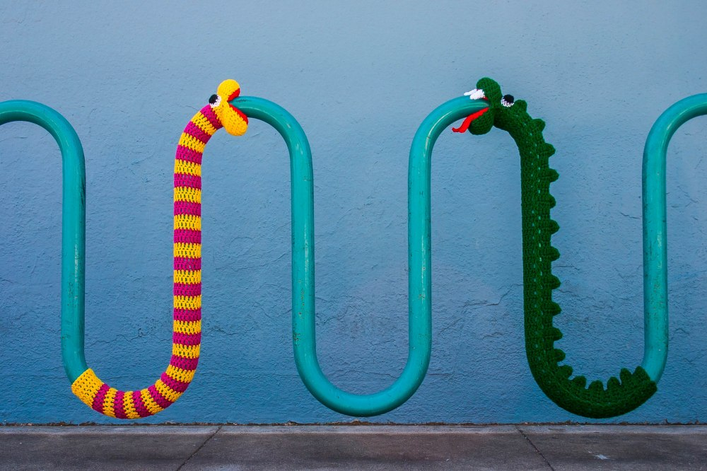 Snake yarnbomb crochet pattern